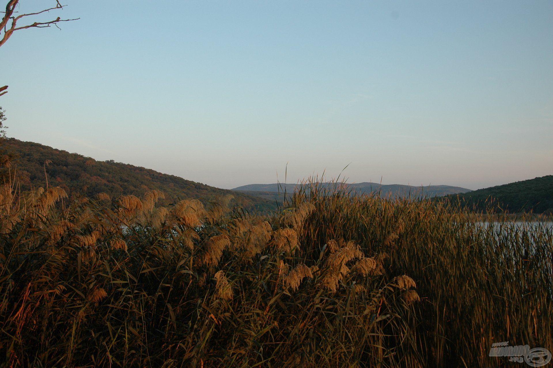 Őszi színekben pompázik a táj