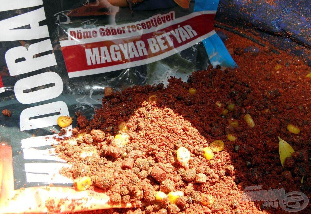 Kosárba szánt keverék: mi szem-szájnak ingere. Az etetőanyagok elkészítése után muszáj volt ennem egy kolbászos szendvicset, mert nagyon megéheztem
