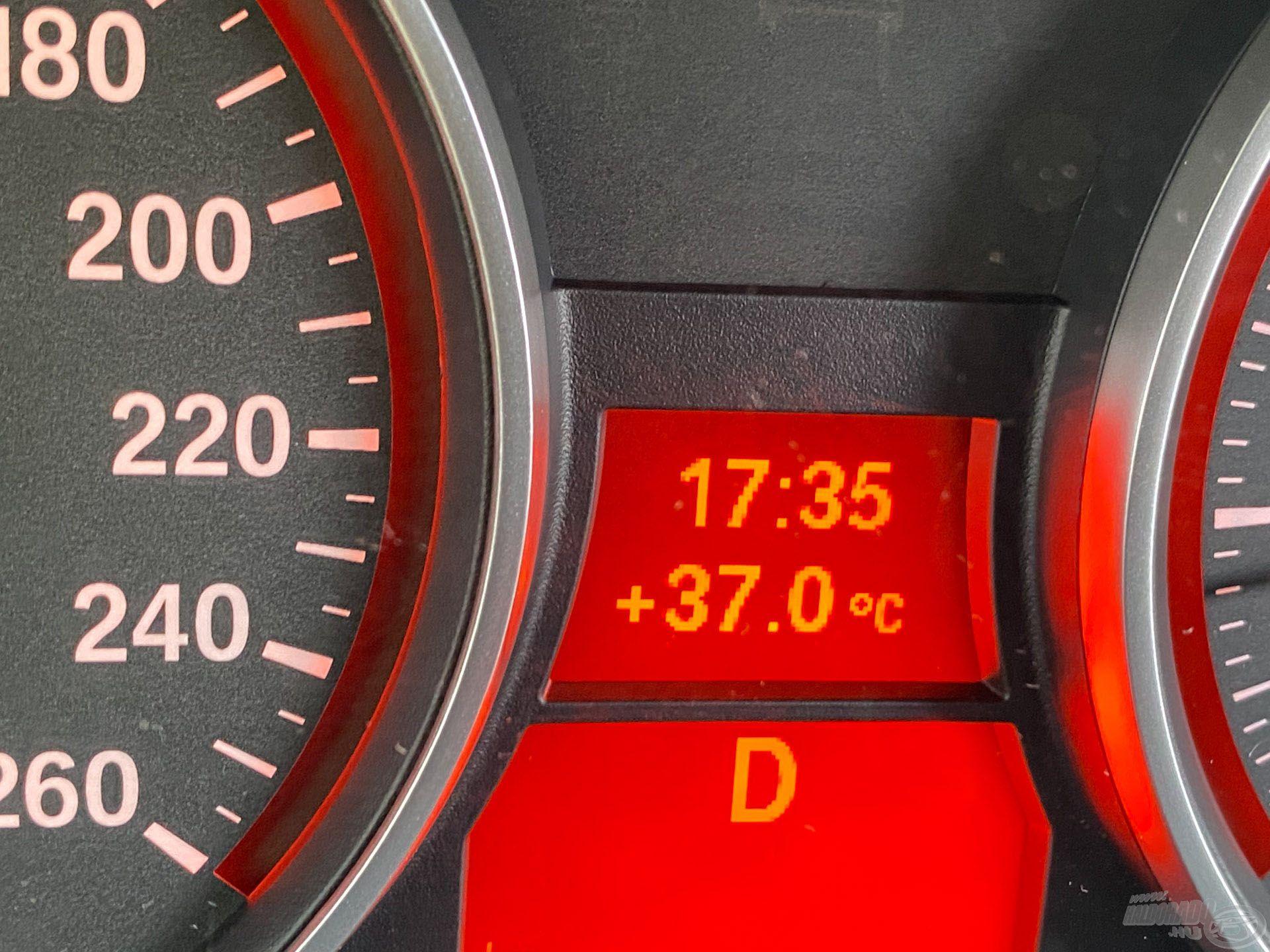 Az árnyékban lévő kocsiba beülve rémisztő adatot mutatott a hőmérő