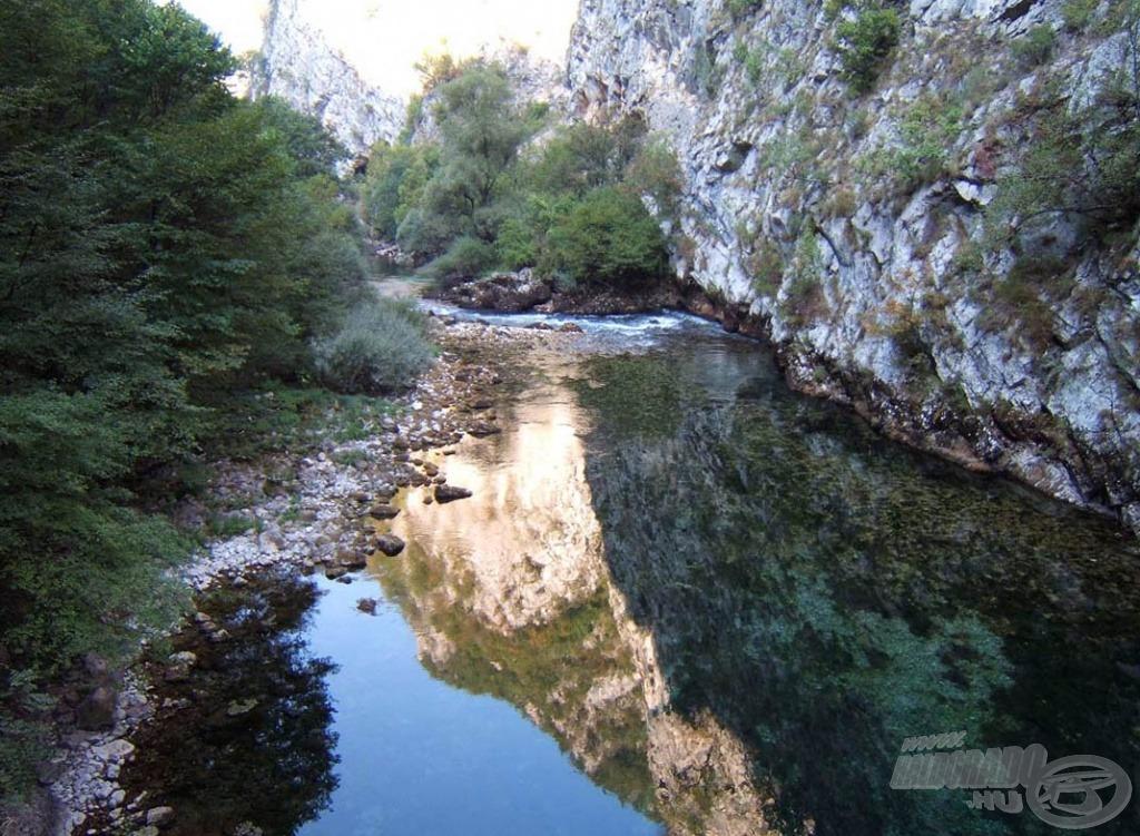 A folyó hol gyors, hol pedig szinte áll. Ezeken a helyeken több mint 10 méter mély is lehet