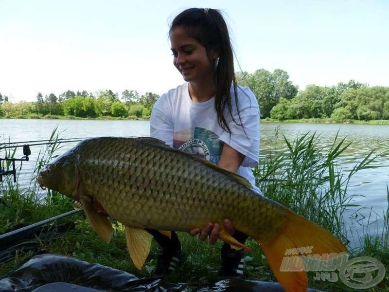 Levit időnként csinos barátnője, Nóri is elkíséri egy-egy horgásztúrára, aki szintén aktívan részt szokott venni a halfogásban :)