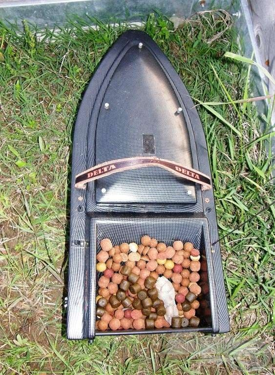 Indulásra kész a hajó. Benne a horogcsali egy PVA hálóval a koncentrált etetés miatt, illetve 1 kg bojli és egy marék pellet