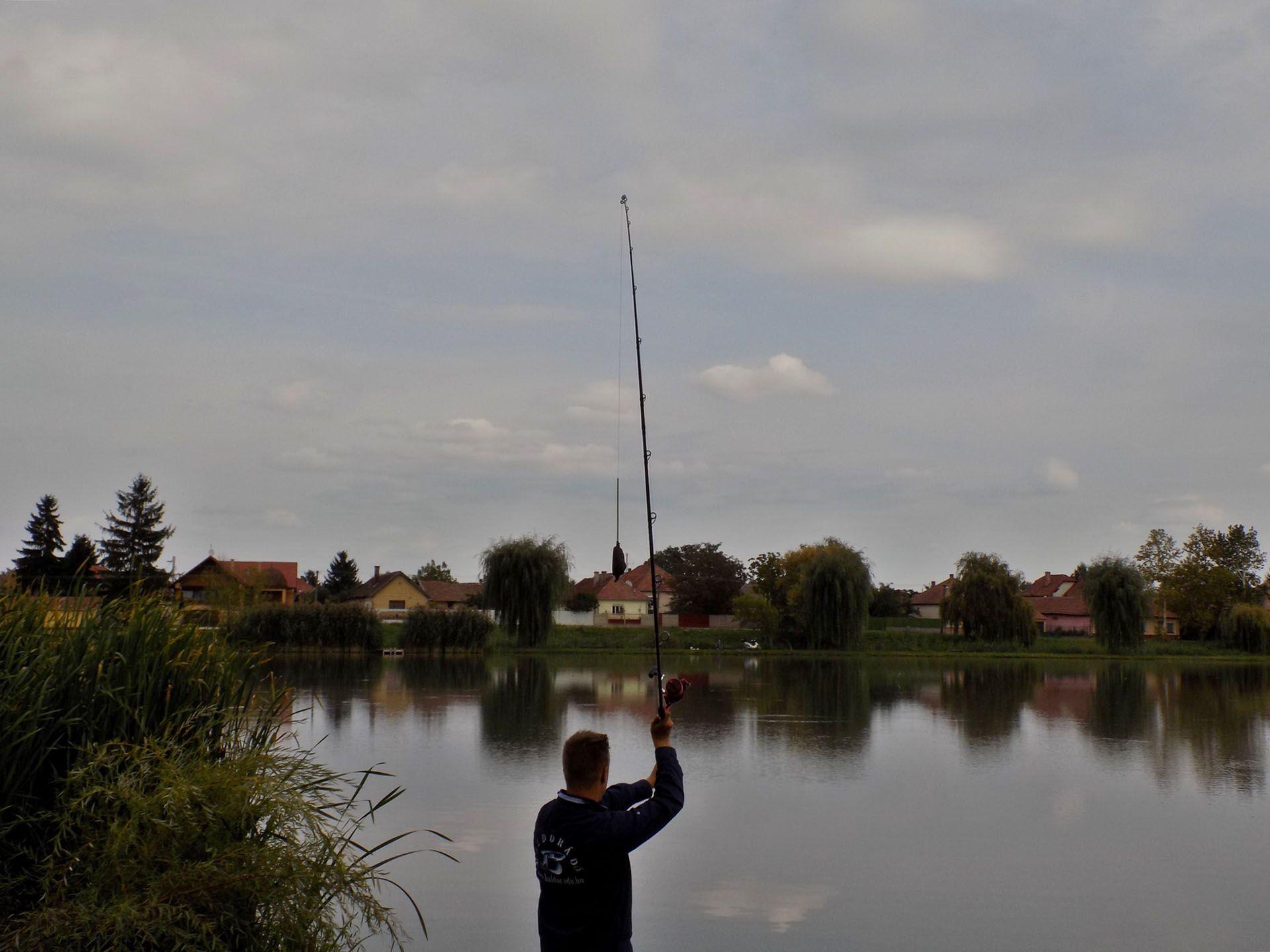 Dobásaim rendszerint a tó középső része felé irányultak. A hasonlóan jól telepített horgásztavakon érdemes gyakori újradobásokkal keresni a halakat. Ha eltaláljuk a horgászat megfelelő ütemét, akkor azt rendre siker fogja koronázni