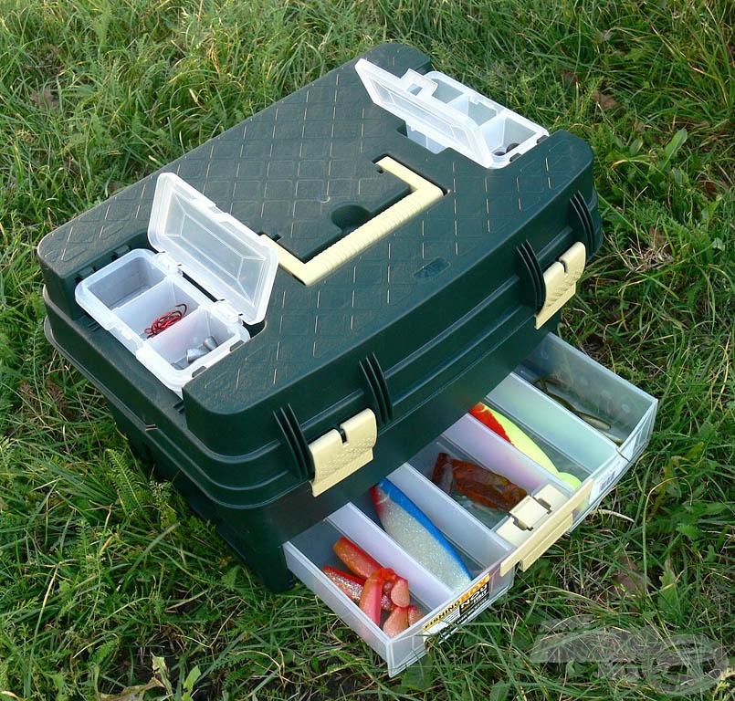 A fedélen található dobozokban horgokat, ólmokat és más apró kiegészítőket tárolhatunk