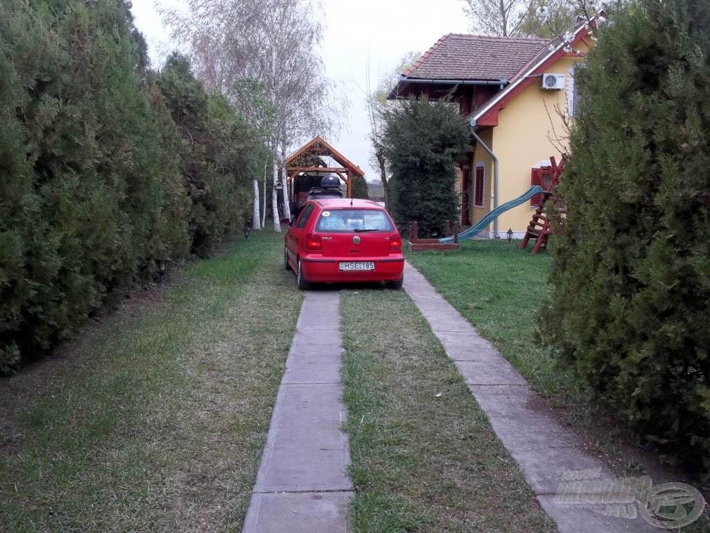 Megjöttek a vendégek, a sofőr szép szabályosan parkírozott