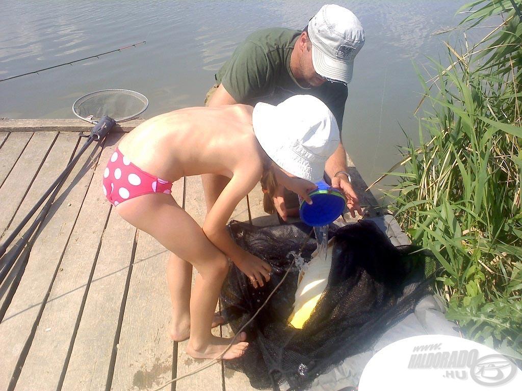Gyerekek serénykedtek azonnal, vizet hordtak a halra, takarták a szemét, ahogy apától látták