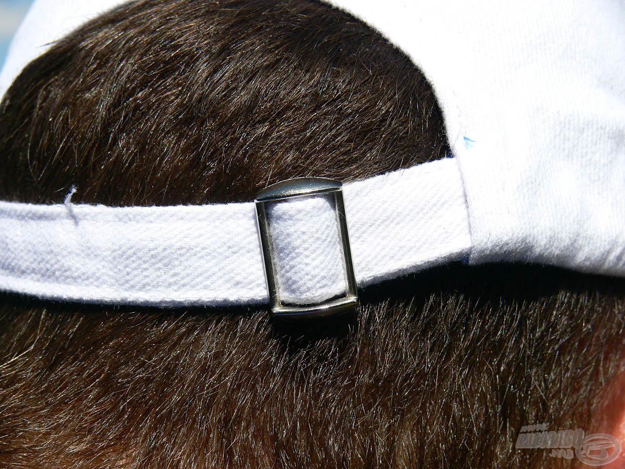 A sapka mérete tetszés szerint állítható a hátul lévő erős fém kapocs segítségével