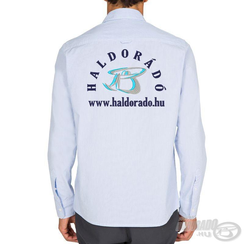 Az ing hátoldalán egy nagyméretű, igényesen hímzett logó található