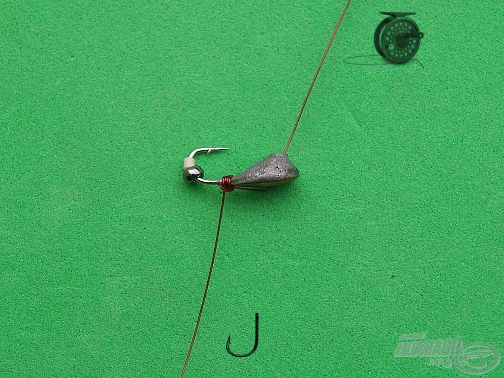 Rögzítsük a damilon a mormiskát valamelyik mormiska csomóval. Fontos, hogy hagyjunk legalább 20-30 centiméter plusz damilt a mormiska alatt, erre kerül majd a füles horog. Ha nagyobb távolságot szeretnénk hagyni a mormiska és a horog között, akkor értelemszerűen növeljük a mormiska alatti damilrész hosszát. A lelógó damilt tehát nem kell levágni