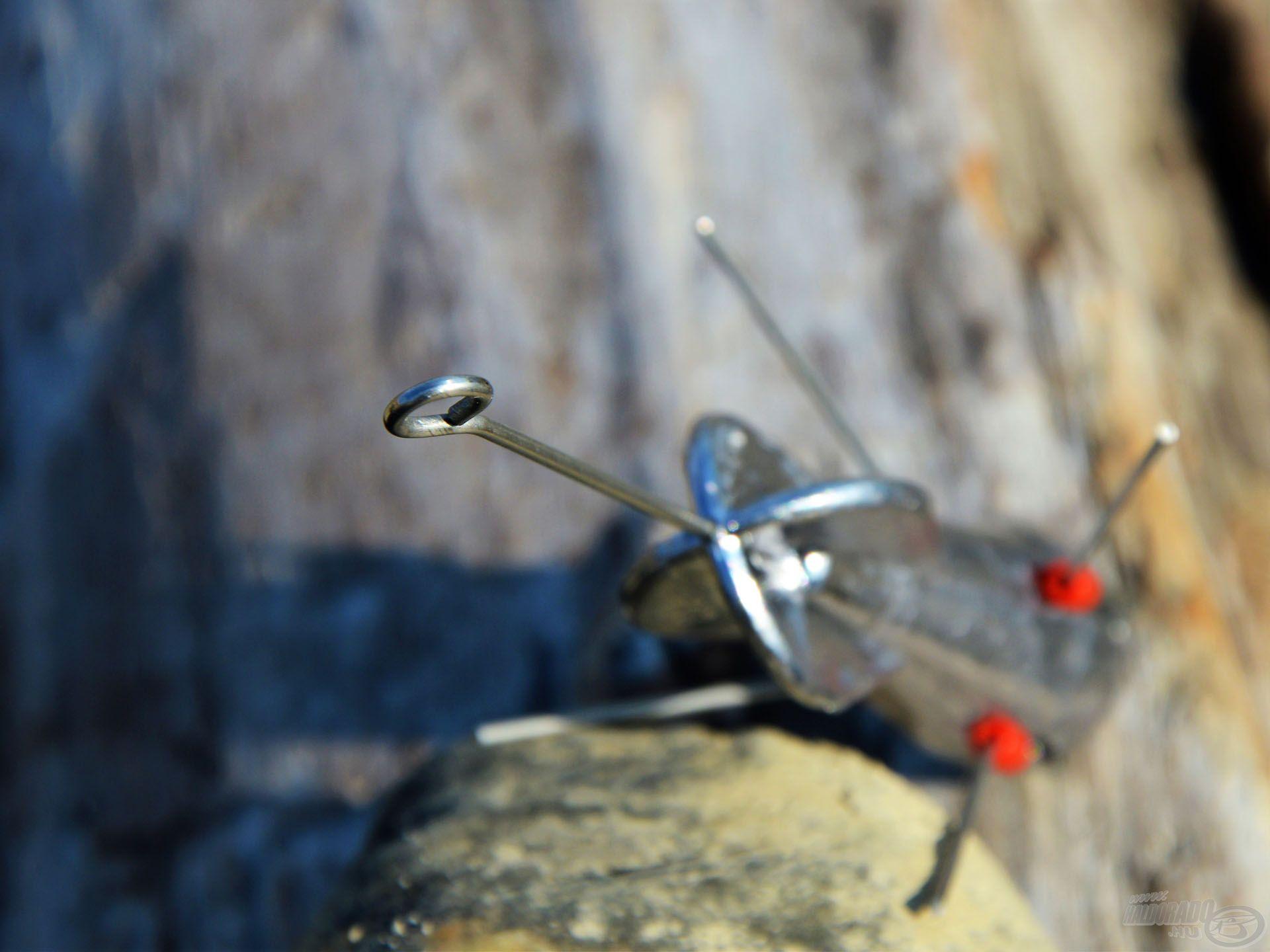Az ólom végéből kiálló hosszú száron lévő karikába kell kapcsolni a karabinert, vagy ide lehet kötni a főzsinórt