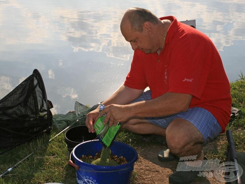 Povázsony Gábor, a 2007-es bajnok készíti az etetőanyagát