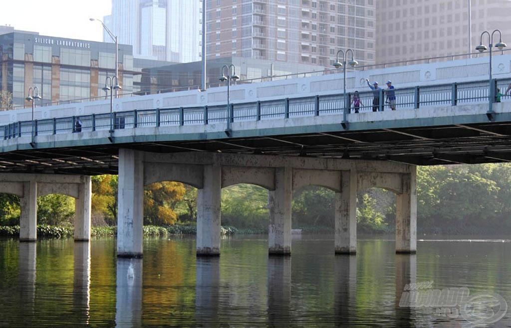 … amelyet a híd gyalogos járdájáról dobtunk be a kiszemelt helyre