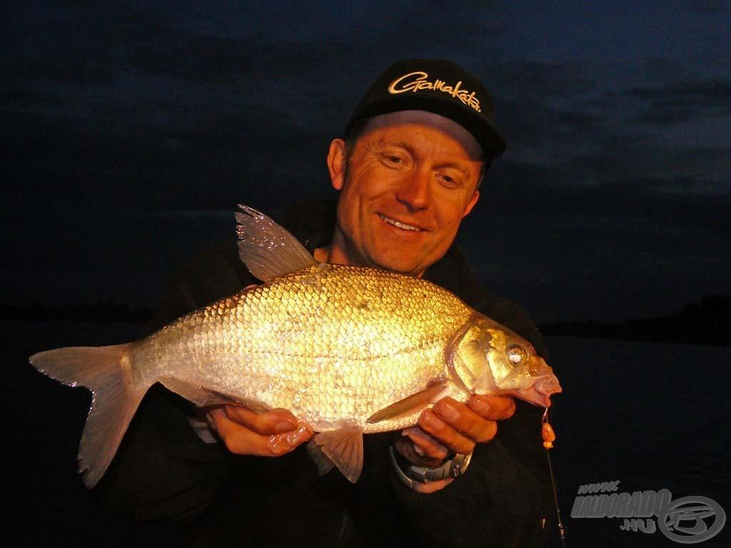 A túra első hala ez a szép dévérkeszeg volt, amely az első nap estéjén köszönt ránk