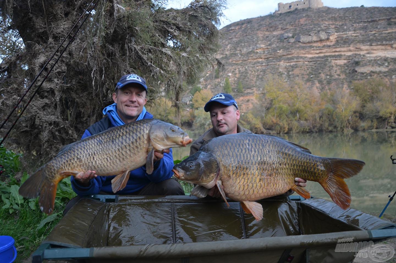 A horgászat befejezésekor jött a túra legnagyobb hala, amelyet Csaba fogott. Az óriási tőponty fárasztása közben nekem is elhúzta, így szinte egy időben került partra ez a két szépség!