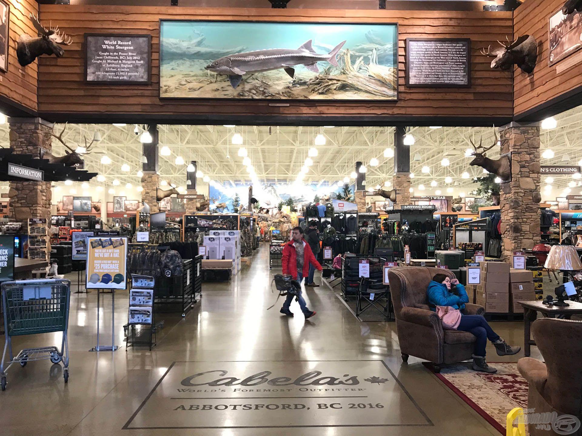 Túránk során ellátogattunk a monumentális Cabelas horgász-vadász áruházba is, ahol egy méretazonos makett mutatja a világrekord tokot