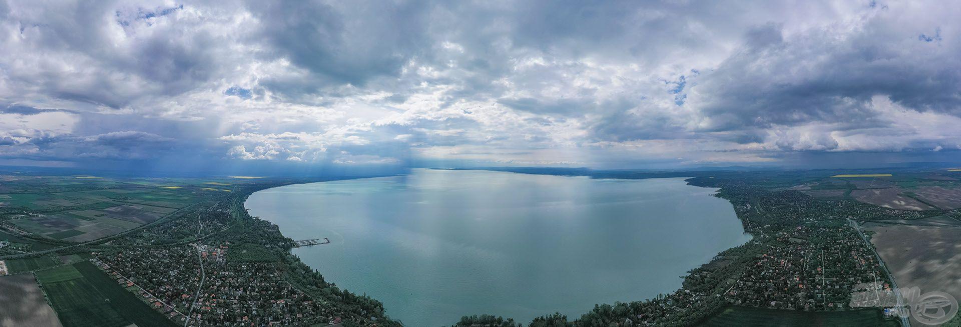 Balatonakarattya a keleti medence csücskén található település, óriási a belátható víztömeg