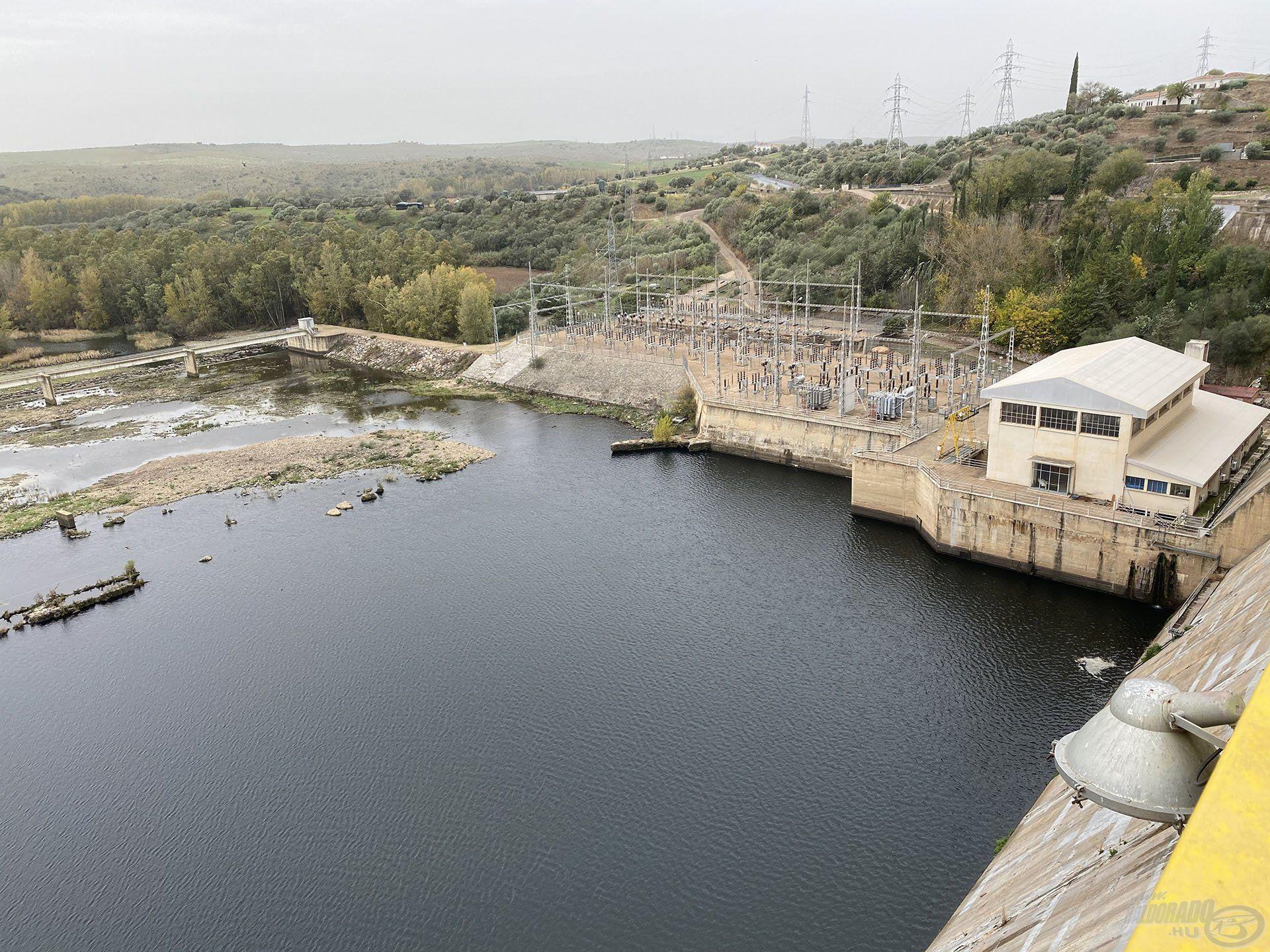 A mediterrán országokra jellemző, hogy nagyon magas szintű a vízgazdálkodás. Az őszi-téli időszakban van csak csapadék, amelynek MINDEN cseppjét megtartják!
