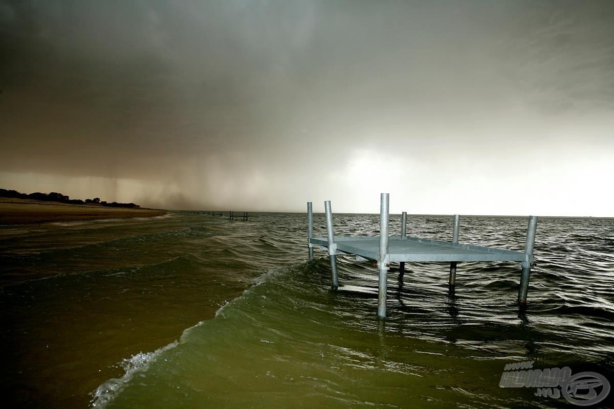 A horgászhelyek egymástól 25 méterre vízbe helyezett stégek voltak