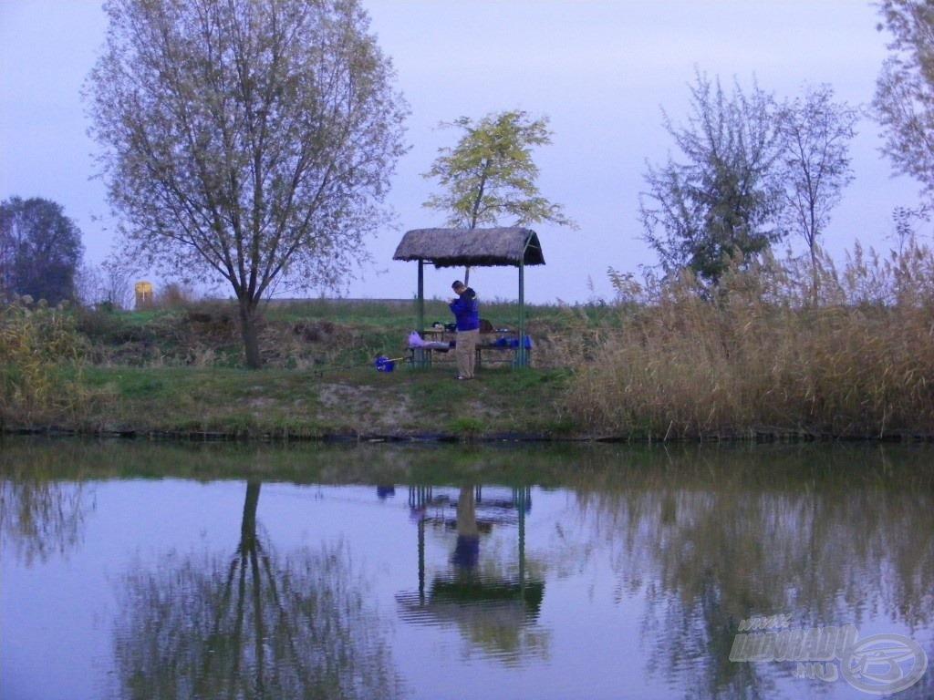 Horgászhelyemet a tó töltés felőli részén választottam ki