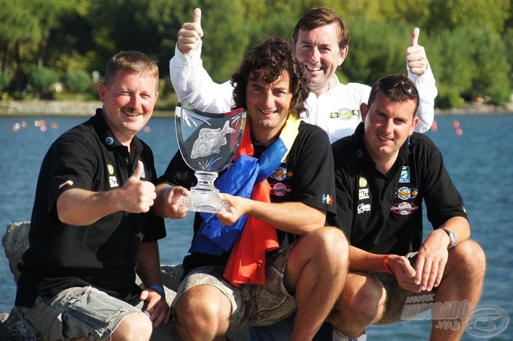 A győztes csapat: Pongrácz Norbert, Micula Péter és Németi Zoltán a WCC trófeával és Ross Honeyval, a verseny főszervezőjével és alapítójával