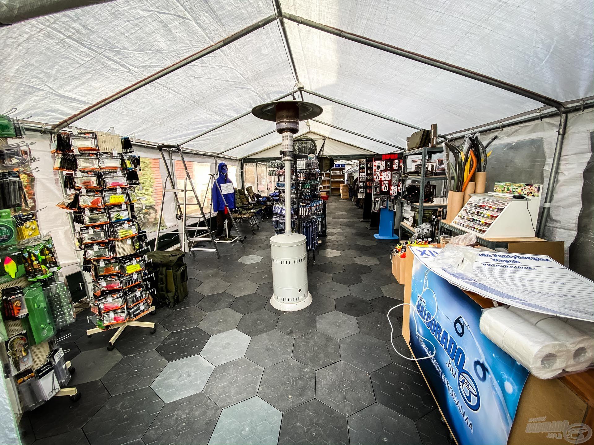 Lassan berendezésre kerül a külső sátor is